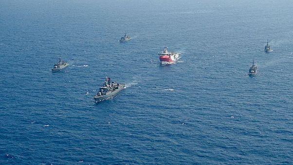 Το Oruc Reis συνοδευόμενο από τουρκικά πολεμικά πλοία