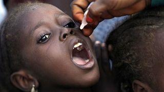 Un enfant vacciné contre la polio au Nigeria