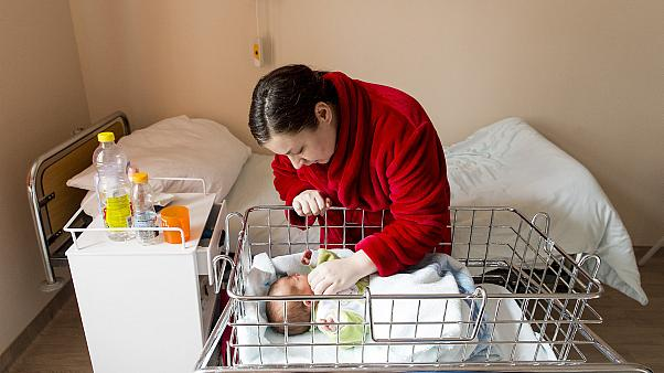 Egy anya kisbabájával a győri Petz Aladár Megyei Oktató Kórház családbarát szülészetén 2020. február 25-én