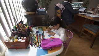 Una niña mexicana hace sus deberes en casa tras atender un curso online.