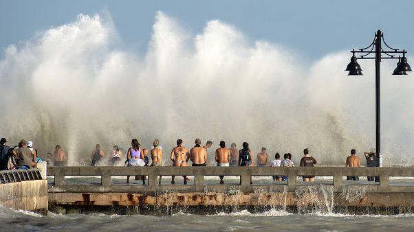 سكان فضوليون في كي ويست، يشاهدون الأمواج العاتية لعاصفة لاورا - 2020/08/24