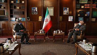 وزير الخارجية الإيراني محمد جواد ظريف مستقبلاً في مكتبه مدير عام الوكالة الدولية للطاقة الذرية رافايل ماريانو غروسي