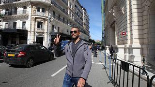 الصحفي الجزائري خالد دراريني يرفع علامة V عند مغادرته قاعة المحكمة في الجزائر العاصمة في 10 مارس 2020