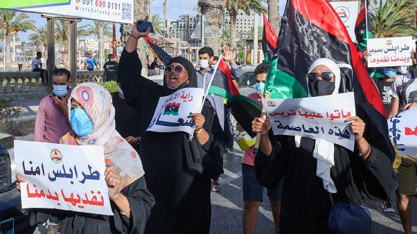 سيدات يشاركن في مظاهرة ضد الفساد في طرابلس