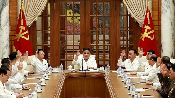 يحضر كيم جونغ أون اجتماعًا للمكتب السياسي ومجلس السياسات التنفيذية لجمهورية كوريا الشمالية، الصورة تم التقاطها في 25 أغسطس 2020