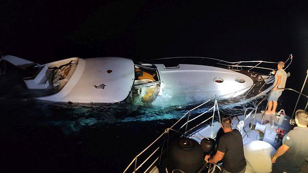 Το ημιβυθισμένο σκάφος των μεταναστών