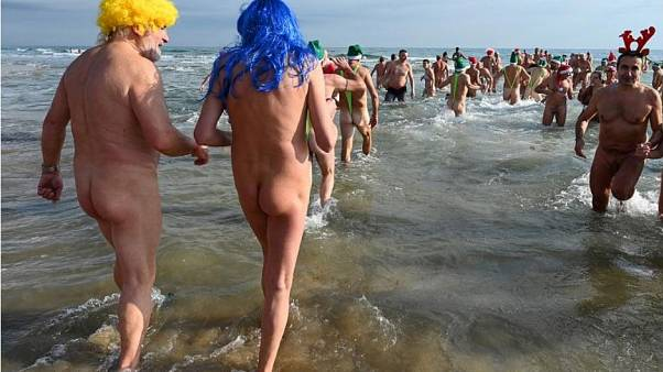FKK-Fans beim Neujahrsschwimmen am Strand von Cap d'Agde