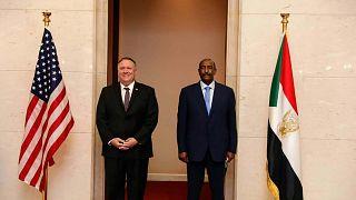 وزير الخارجية الأمريكي مايك بومبيو يقف لالتقاط صورة مع رئيس مجلس السيادة السوداني الجنرال عبد الفتاح البرهان في الخرطو، 25 أغسطس2020.