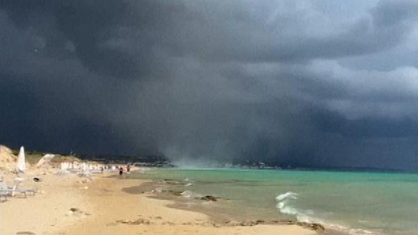 شاهد: زوبعة قوية تضرب شاطئا إيطاليا وتدفع رواده للهروب