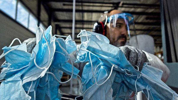 Des masques jetables recyclés par la société Plaxtil dans l'ouest de la France, le 25 août 2020