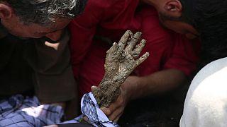 La mano ricoperta di fango di un bambino salvato, dopo le alluvioni nella provincia di Parvan, Afghanistan