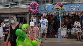 Des vacanciers sur le bord de mer de Blankenberge en Belgique, le 11 août 2020