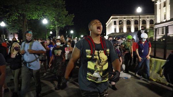 شاهد: مظاهرات وغضب الشارع الأمريكي في مدينة كينوشا