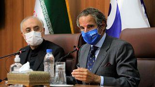 رافائل گروسی، مدیر کل سازمان انرژی اتمی هنگام دیدار با علی اکبر صالحی، معاون رئیس جمهوری ایران