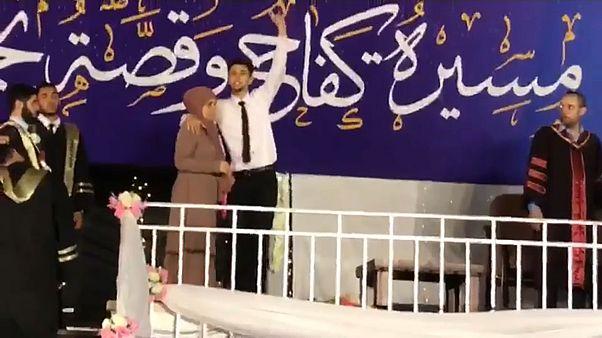 طالب يرفض الصعود لمنصة التكريم دون والدته في غزة