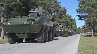 A svéd haderő járművei vonulnak