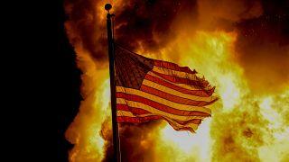احتراق العلم الأمريكي خلال الاحتجاجات، في وقت متأخر من يوم الاثنين 24 أغسطس 2020  في مدينة كينوشا.