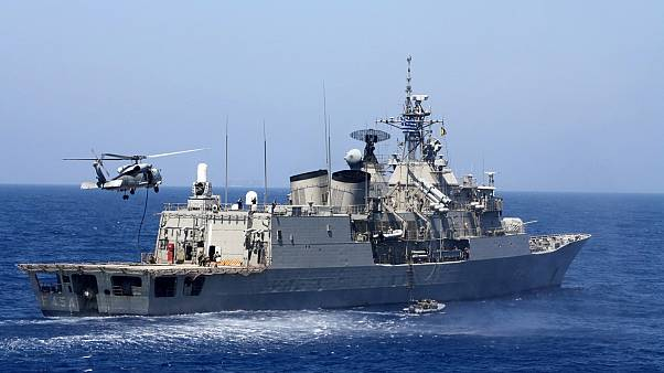 Un hélicoptère atterit sur un navire de guerre de l'armée grecque en exercice dans la mer Méditerranée, le 25 août 2020