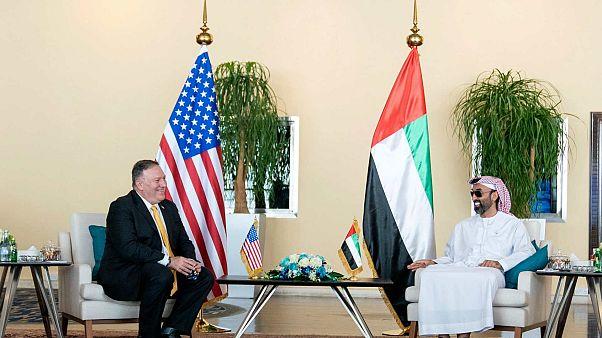 وزير الخارجية الأمريكي مايك بومبيو مع مستشار الأمن القومي لدولة الإمارات العربية المتحدة الشيخ طحنون بن زايد آل نهيان، الإمارات العربية المتحدة، 26 أغسطس 2020