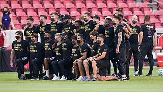 I giocatori del Los Angeles FC posano per una foto di gruppo sul campo prima dell'annuncio della cancellazione della gara contro il Real Salt Lake