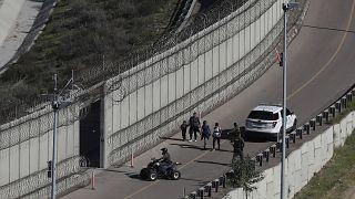 ABD-Meksika sınırında gözaltına alınan Honduraslı göçmenler
