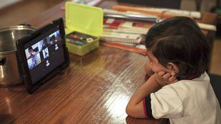 طفلة تتلقى التعليم الافتراضي