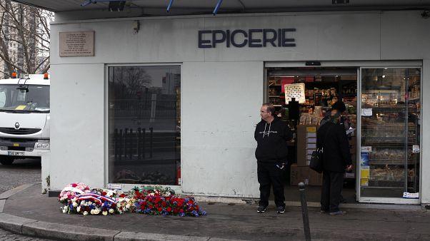 Des gerbes de fleurs devant l'épicerie juive Hyper Cacher à Paris, le 7 janvier 2019