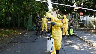 Katonák fertőtlenítik a Pesti úti idősotthont  2020. július 20-án