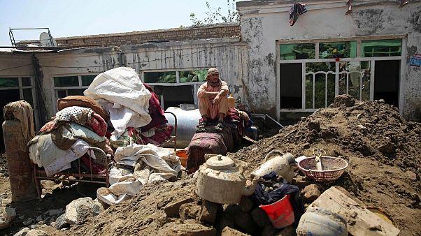 شهروند ولایت پروان روی ویرانههای منزل مسکونیاش پس از جاری شدن سیل