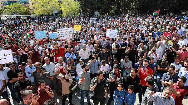 أساتذة المدارس الحكومية يتظاهرون للمطالبة بزيادة الرواتب أمام مجمع النقابات المهنية في العاصمة الأردنية عمان، 3 أكتوبر 2019.
