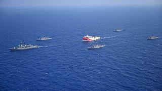 سفينة مسح تركية ترافقها سفن عسكرية