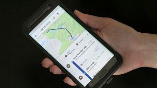 هاتف محمول يعرض رحلات المستخدم باستخدام خرائط غوغل