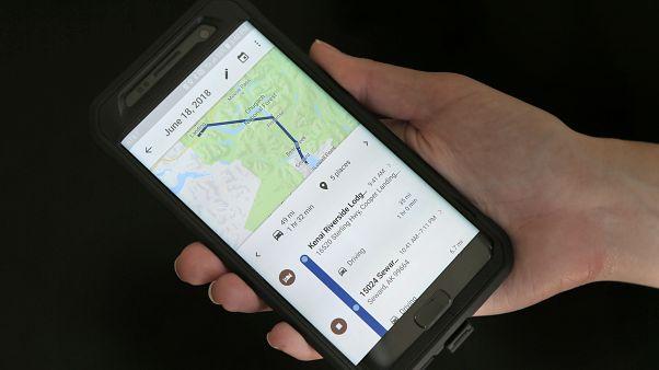 هاتف محمول  يعرض تطبيق غوغل للخرائط في نيويورك.