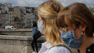 شهروندان ماسک به صورت در پایتخت فرانسه