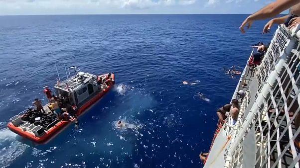 Lövésekkel riasztották el a cápát
