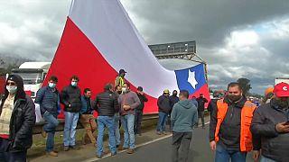 Varios camioneros bloquean la carretera durante el paro indefinido de transportistas en Chile