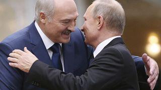 En esta foto de archivo tomada el 30 de noviembre de 2017, el presidente bielorruso Alexander Lukashenko saluda al presidente ruso Vladimir Putin durante una cumbre en Minsk.