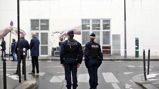 Oficiales de policía durante la ceremonia de conmemoración del quinto aniversario del ataque, frente a la antigua oficina del periódico satírico Charlie Hebdo.