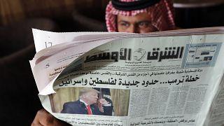 رجل يحمل صحيفة الشرق الأوسط  بمقهى في جدة -المملكة العربية السعودية.