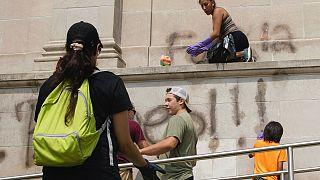 Kyle Rittenhouse, Kenosha şehrinde bir okulun duvarının temizlenmesine yardım ederken