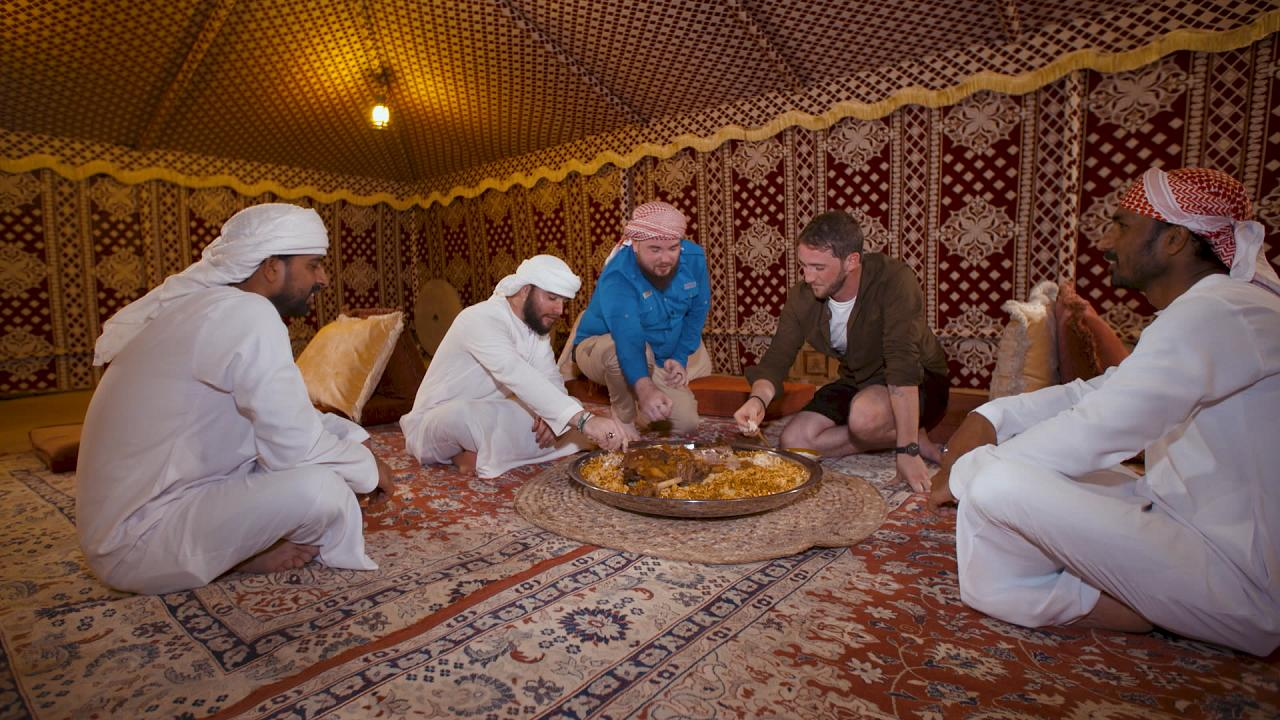 Cordero ouzi: plato beduino cocinado a fuego lento bajo la arena