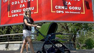 """Un cartellone del Partito Democratico dei Socialisti, con scritto """"Decisamente per il Montenegro"""" a Podgorica"""