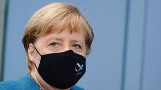 Maszkban érkezett Angela Merkel német kancellár nyári sajtóértekezletére