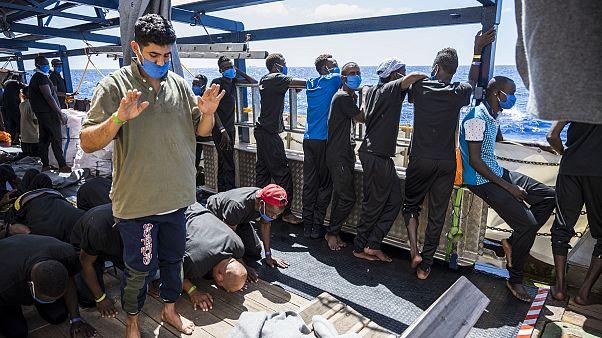 Akdeniz'de 200 göçmeni taşıyan Sea Watch 4 gemisi günlerdir güvenli bir liman arıyor