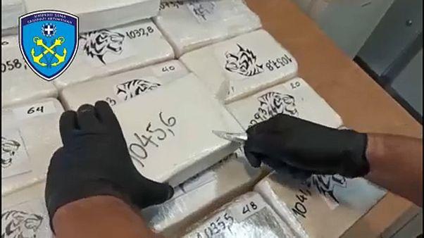 Zsugorfóliázott kokaincsomagot bont fel a görög parti őrség egy tagja