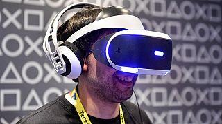 Un uomo prova la realtà virtuale al Gamescom 2019