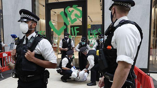 1 Festnahme bei Protesten vor Shell Zentrale