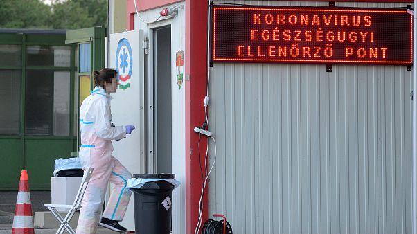 A koronavírus-járvány miatt felállított egészségügyi ellenőrzőpont a magyar-osztrák határon, a hegyeshalmi átkelőn 2020. március 21-én.