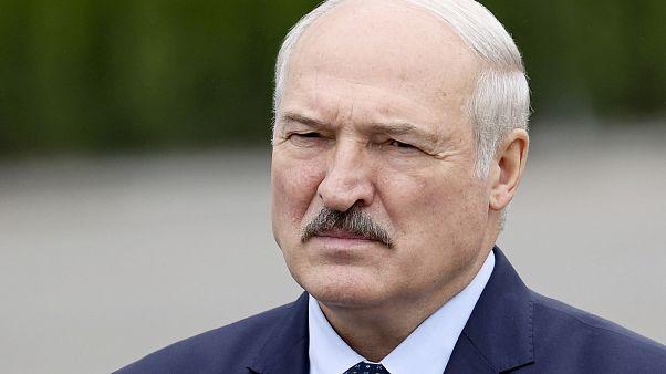 El presidente bielorruso Alexander Lukashenko se dirige a los empleados de la planta lechera de Orsha, Bielorrusia, el viernes 28 de agosto de 2020.