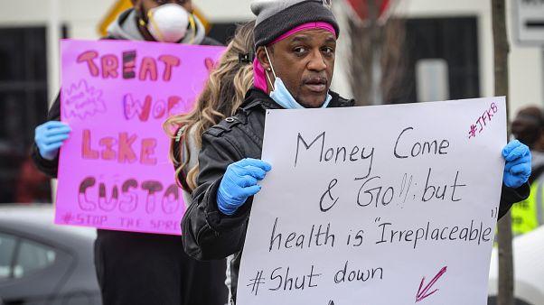 عمال في شركة أمازون يحتجون على ظروف العمل في مستودع الشركة في نيويورك، الولايات المتحدة.